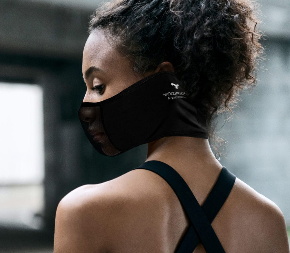 NAROO F1s - sports mask for running in spring and summer in the city in the sunshine and heat. woman with back to camera and face in profile v2
